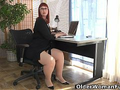 Curvaceous BBW Scarlett fingers her tight slit